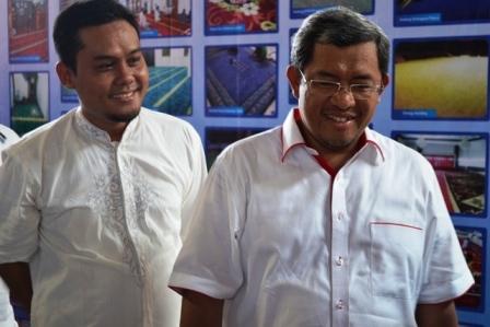 Bpk. HERU PURNOMO (kiri) menemani Gub. Jawa Barat ketika berkunjung ke Pabrik HJKARPET
