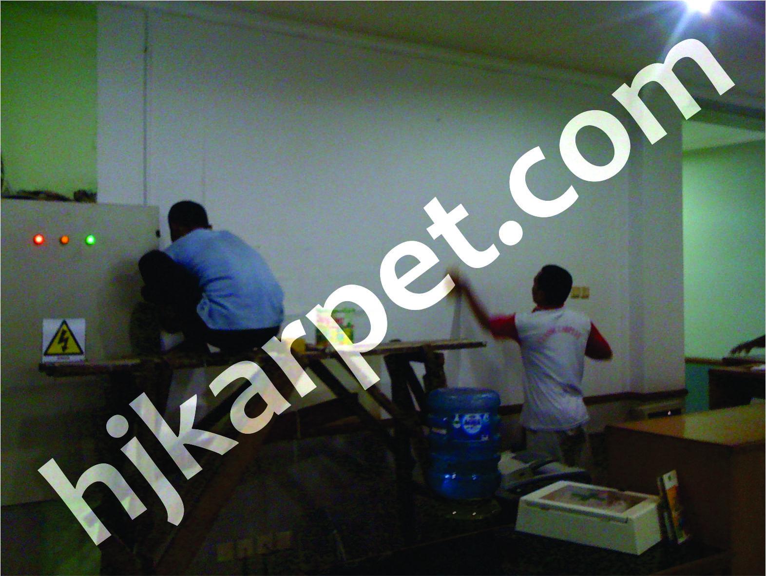 Pemasangan wallpaper kantor PT Amarta Karya