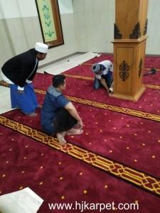 Pemasangan karpet di Masjid Al Ikhlas
