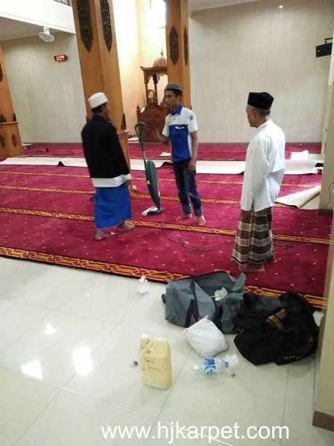 Pemasangan karpet Masjid Al Ikhlas Surabaya